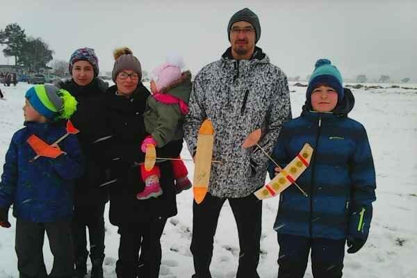 Rodina Poníkovcov s 2–ročnou Natáliou.