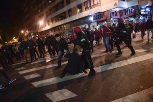 Potýčka medzi policajtmi a fanúšikmi.