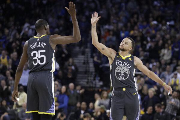 Stephen Curry (vpravo) a Kevin Durant režírovali víťazstvo nad LA Clippers.