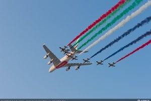 Airbus A380 spoločnosti Emirates spolu s akrobatickou letkou Al Fursan počas leteckej šou v Dubaji v roku 2013.