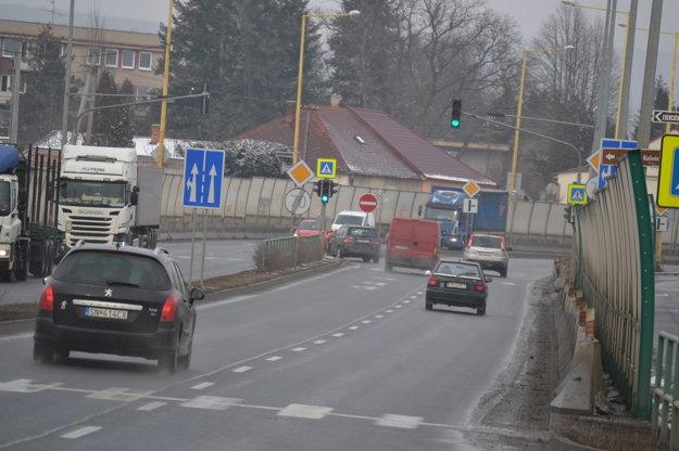 Pod Kalváriou. Správa ciest tam  so znížením rýchlosti nepočíta.