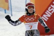 Ester Ledecká oslavuje svoje víťazstvo v paralelnom obrovskom slalome v snoubordingu.