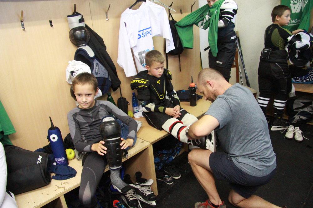 V šatni pri tréningu hokejovej akadémie v Banskej Bystrici.