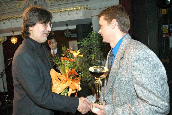 Radoslav Antl (vpravo) pri preberaní jednej zcien.
