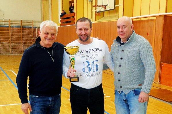 Víťazom blahoželali Štefan Korman a Milan Varga (vľavo). Pohár prevzal Jozef Gaži.