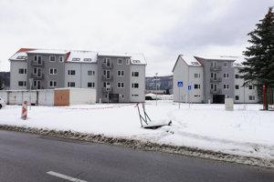 Prideľovali byty v týchto nových bytovkách pri futbalovom štadióne.