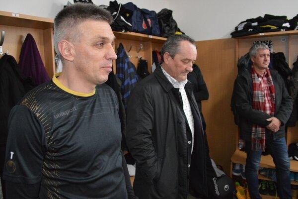 Slova sa v šatni ujal tréner Norbert Hrnčár (vľavo) a Pavel Halabrín.