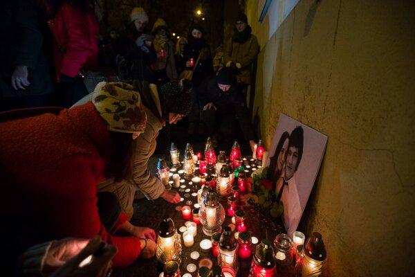 Ľudia si prišli uctiť zavraždeného novinára a jeho snúbenicu.