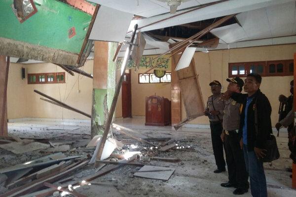 Miestni počítajú škody po zemetrasení.