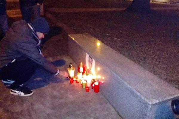 Sviečky zapálili aj novinári z Trenčianskeho kraja pred krajským súdom.