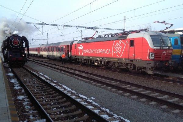Po zmodernizovanej trati vyrazili vedľa seba parná lokomotíva z päťdesiatych rokov a súprava ťahaná Vectronom.