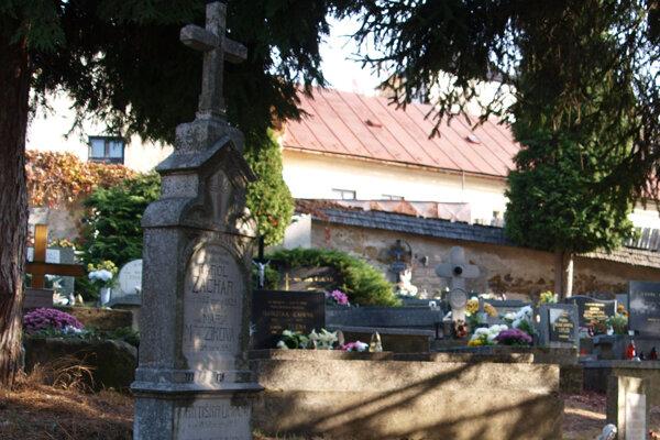 Cintorín, kde sú pochované aj viaceré známe osobnosti, obkolesuje kamenný múr starý niekoľko storočí.