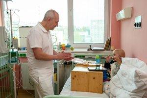 Pavel Bician vie, že súčasťou liečby musí byť aj dobrá nálada a optimizmus. Malým pacientom sa ich snaží prinášať denne.