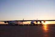 Lietadlo Stratolaunch sa pripravuje na testovanie na pristávacej ploche.