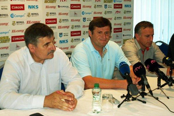 Pri angažovaní Michala Hippa v lete 2014 mal nitriansky futbal postupové plány. Vľavo člen predstavenstva klubu Štefan Štefek, vpravo generálny manažér Jozef Petráni.