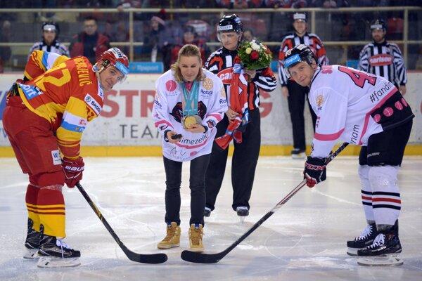 Čestné buly pred zápasom Banskej Bystrice s Trenčínom vhodila Anastasia Kuzminová (uprostred).