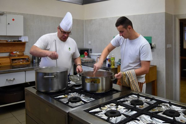 Na snímke majster odbornej výchovy Jozef Kopkáš (vľavo) varí obed so žiakom z odboru kuchár počas praktického vyučovania v kuchyni Strednej odbornej školy na Garbiarskej ulici v Kežmarku.