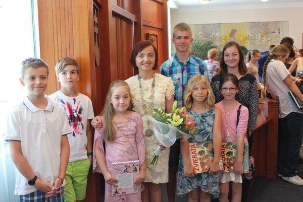 Niektorí ocenení žiaci sa odfotili s primátorkou Katarínou Macháčkovou.