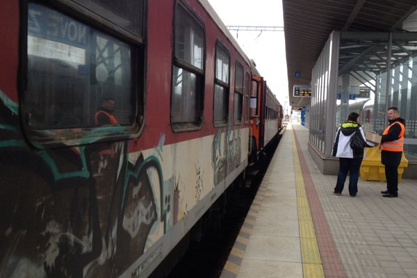 Jedna zo starých vlakových súprav v stanici Nové Zámky.
