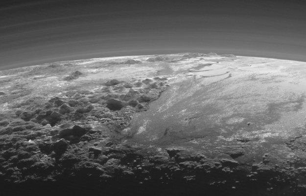 Pláň Sputnik vpravo na obrázku.
