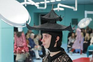 Pokrývka hlavy v tvare pagody? Pre Gucci žiaden problém.