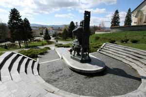 Pohľad na Očovú z návršia, v popredí socha Mateja Bela Funtíka.