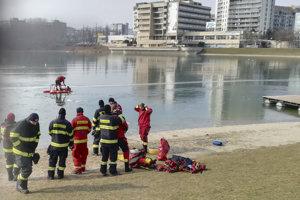 Bratislavskí hasiči na Štrkoveci trénovali záchranu ľudí po preborení ľadu.