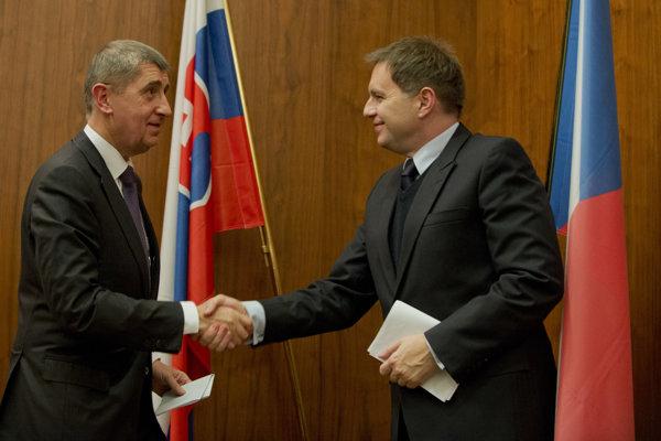 Český minister financií Andrej Babiš (vľavo) a slovenský minister financií Peter Kažimír