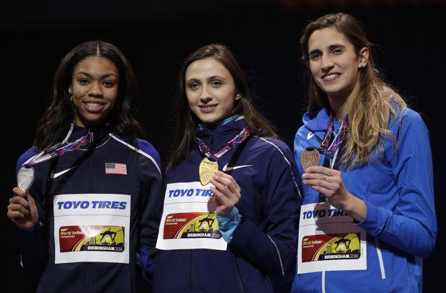 Marija Lasickeneová (uprostred) ovládla skoky do výšky žien.