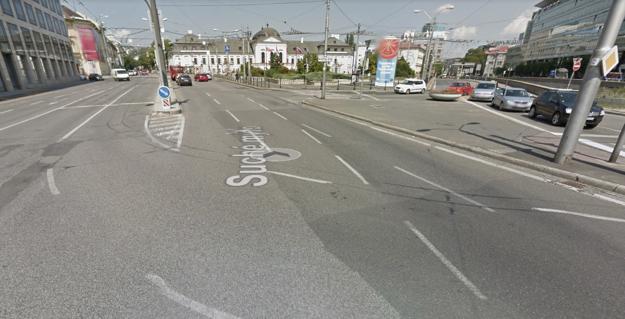 Správne radenie v pruhoch v križovatke ukazujú vodiace čiary na ceste.