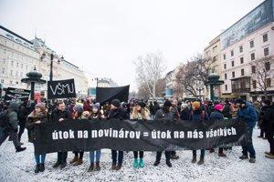 Ľudia si pochodom uctievajú novinára Jána Kuciaka a jeho priateľku Martinu Kušnírovú.