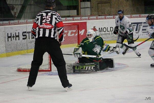 Lukáš Jurík (15) prihrával na tretí gól Novozámčanov Zbořilovi, ktorým znižovali zeleno-bieli na 3:6