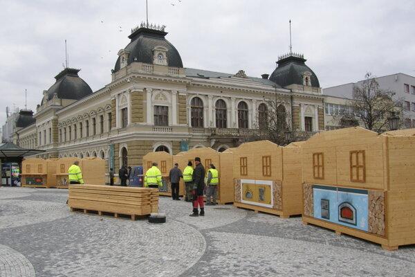 Stánky na námestí demontovali až začiatkom februára.