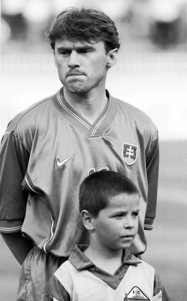 Hral za reprezentáciu Československa aj Slovenska. Spolu 79-krát.