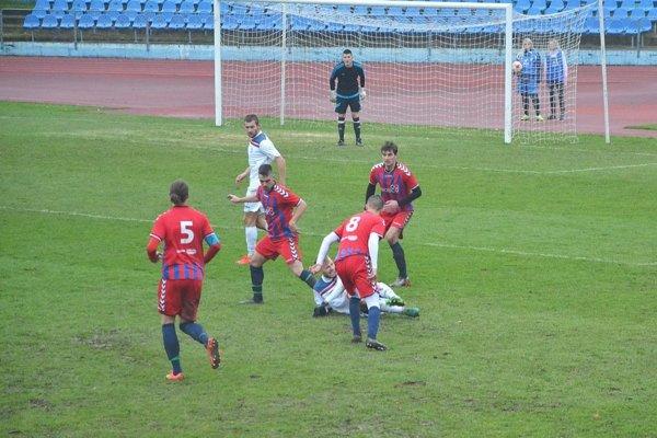 Futbalisti Nemšovej (v červenom) budú hrávať domáce zápasy v Trenčianskych Tepliciach.