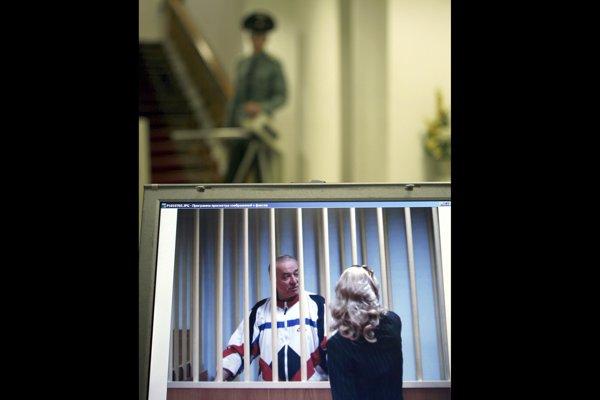 Na archívnej snímke z roku 2006 je Sergej Skripaľ. Hovorí so svojou právničkou spoza mreží.