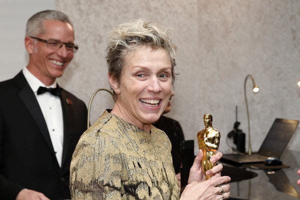 Frances McDormandová s Oscarom pre najlepšiu herečku v hlavnej úlohe.