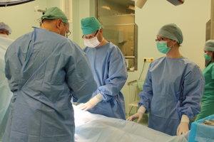 Špecialista pri operácii novým laparoskopom.