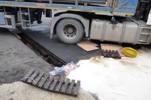 Nafta unikla z nádrže kamióna.