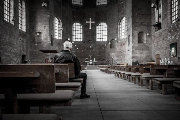 Viere sa chrbtom otáča stále viac ľudí. Ich morálka však neupadá.