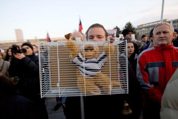 Fotka z masových protestov v Bratislave v marci 2012, ktoré vyvolalo zverejnenie pôvodného dokumentu Gorila koncom roka 2011.
