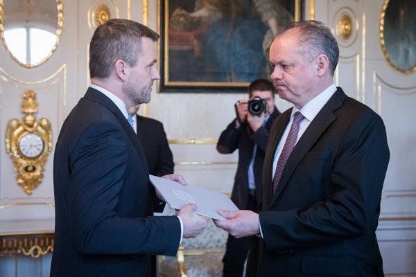 Podpredseda vlády pre investície a informatizáciu Peter Pellegrini a prezident Kiska počas podpredsedovho dočasného prevzatia dekrétu na vedenie ministerstva kultúry.