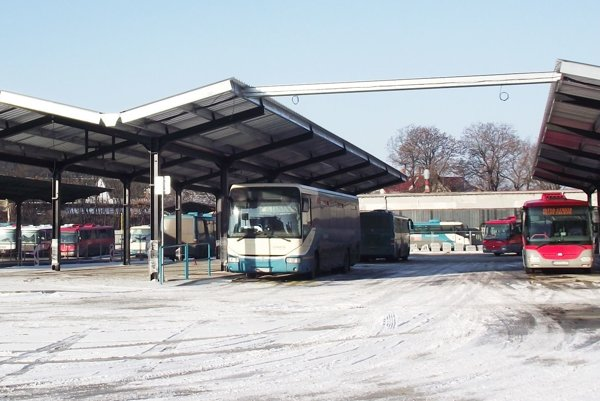 Pod novými prístreškami už stoja prázdne autobusy.