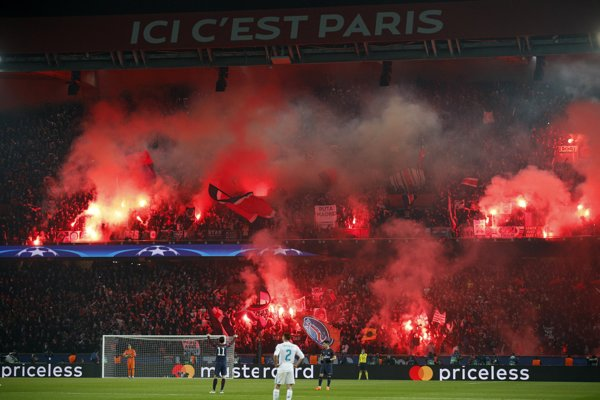 Fanúšikovia PSG pripravili pyro šou.