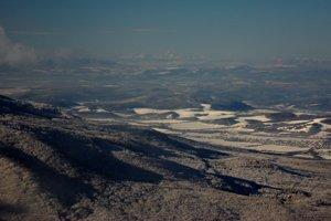 Celkový pohľad na západ, v pozadí Tatry vzdialené vyše 160 km.