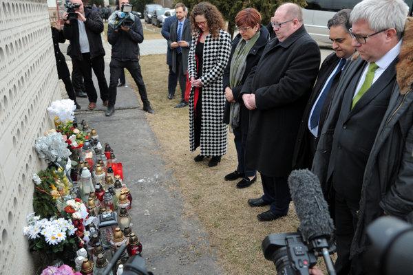 Delegácia Európskeho parlamentu Ryszard Czarnecki z ECR, Poľsko, Claude Moraes z S&D, Veľká Británia, starosta obce Veľká Mača Štefan Lancz, Ingeborg Grässle z EPP, Nemecko a Sophia in't Veld z ALDE, Holandsko si uctili pamiatku zavraždeného novinára Jána Kuciaka a jeho snúbenice Martiny Kušnírovej na mieste činu v obci Veľká Mača.