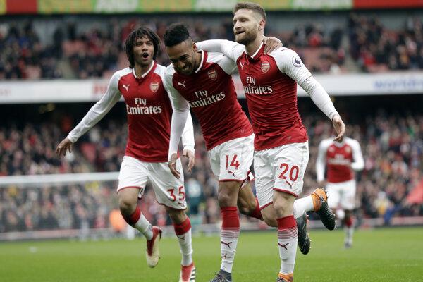 Futbalisti Arsenalu sa radujú po jednom z gólov.