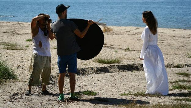 Na klipe spolupracoval so známym levickým producentom, ktorý ho oslovil ako prvý.
