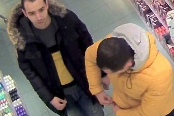 Polícia zisťuje totožnosť týchto mužov.