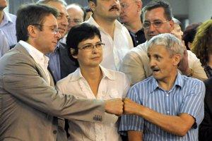 13. jún 2010. Podpredseda SDKÚ-DS Ivan Mikloš, podpredsedníčka Lucia Žitňanská a predseda Mikuláš Dzurinda počas atmosféry v bratislavskej volebnej centrále.